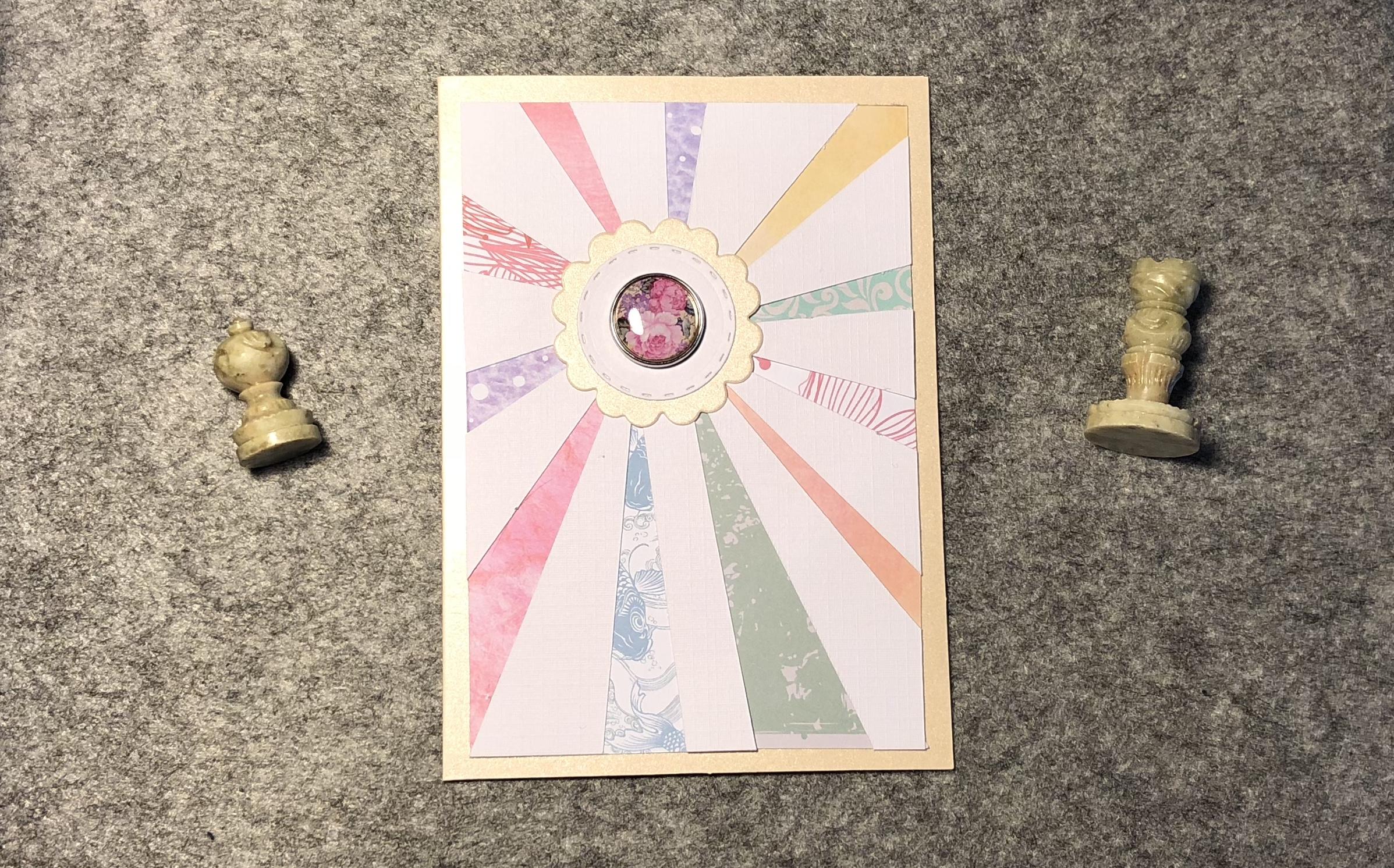 Zentral eine Sonne mit taktilem Button. Von der Sonne gehen Strahlen in verschiedenen Farben aus.