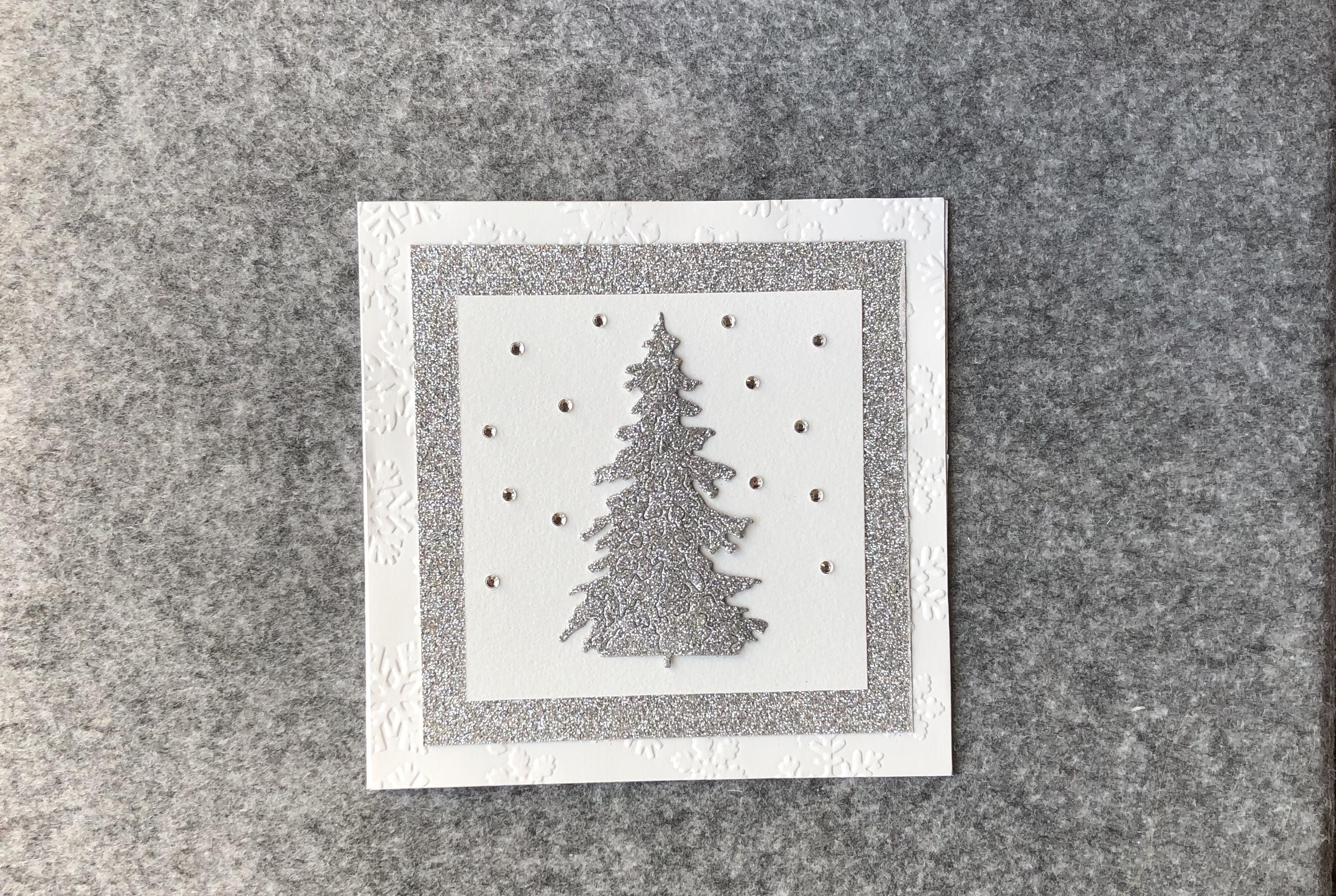 Silberner Weihnachtsbaum mit Diamanten