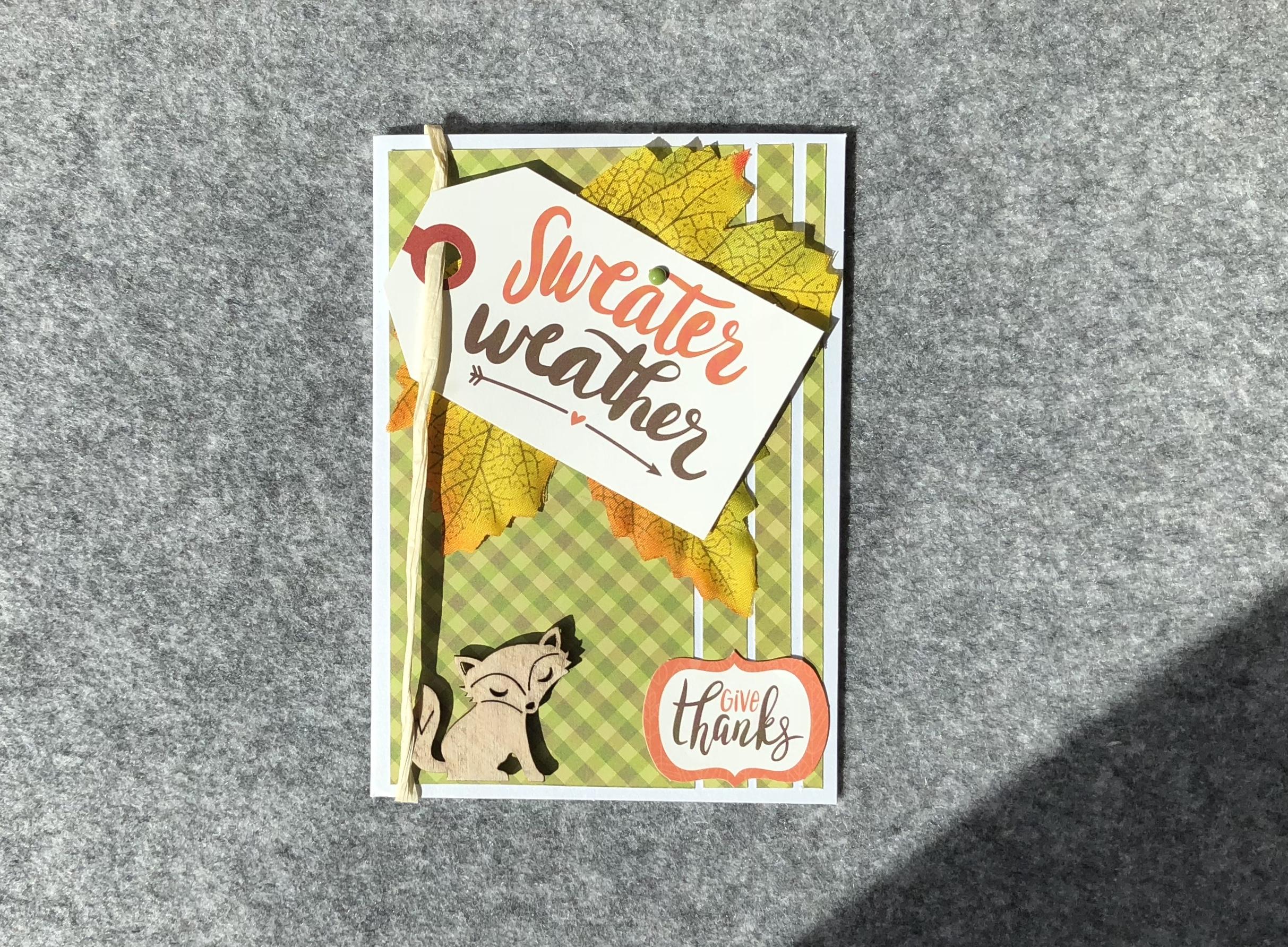 Ein taktiles Blatt mit 2 Grußschildern und einem taktilen Button eines Fuchses