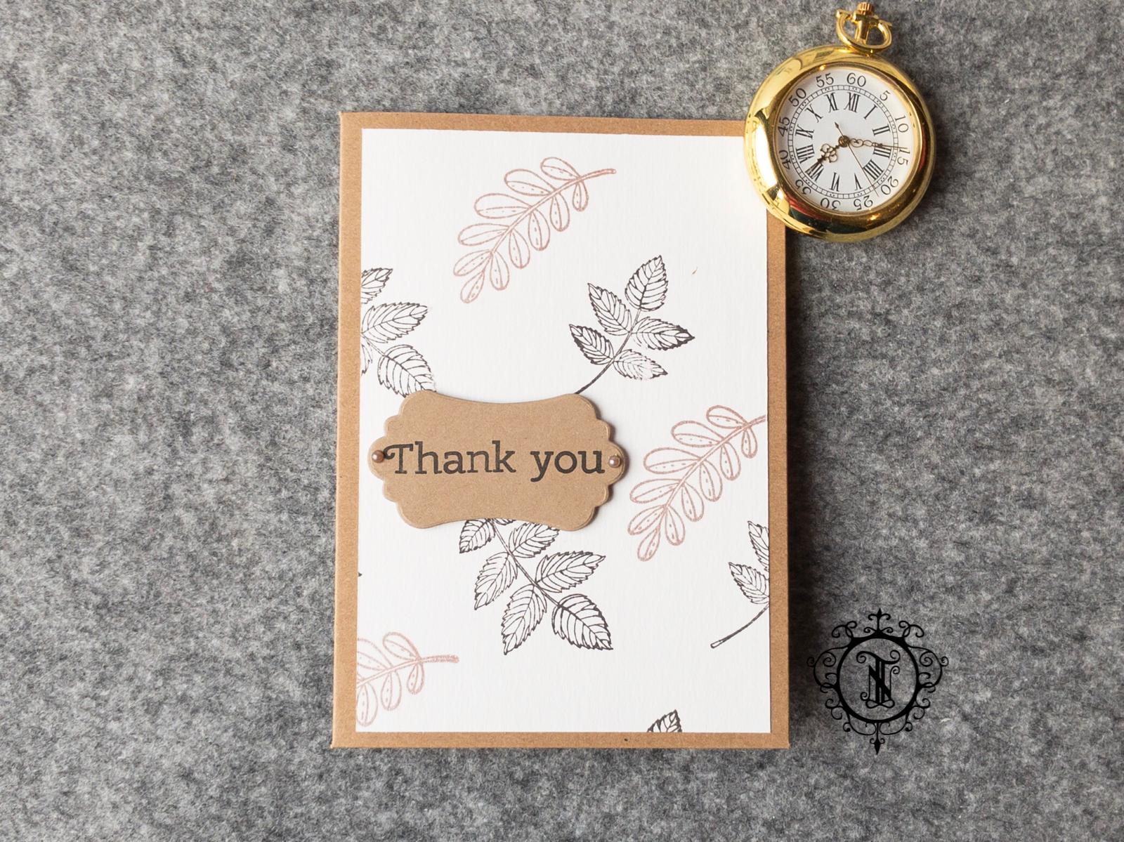 braune Kraftkarton-Karte. Als Hintergrund ein weisses Blatte mit ausgestempelten Blättern. Ein Thankn You Schild.