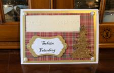 Weihnachtskarte mit Braille Schriftzug und einem Weihnachtsbaum
